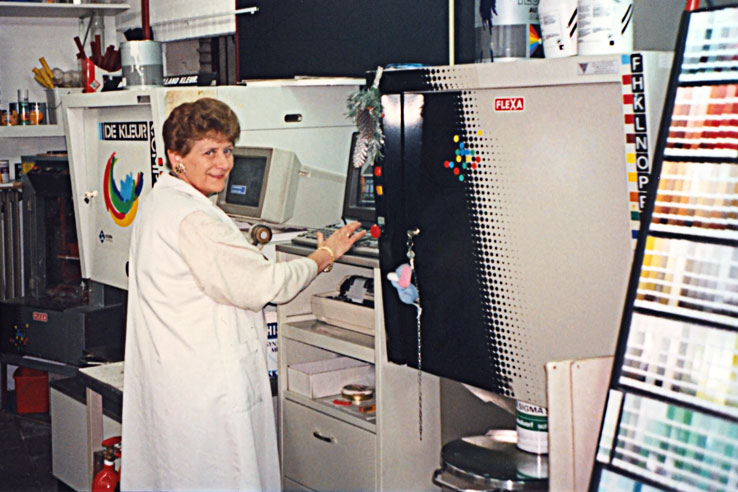 Eerste computergestuurde verfmengmachine