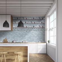 Lichtblauwe tegels met planken behang Dutch Wallcoverings Keuken