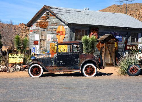 Oude auto in de woestijn fotomurali ftn-m-2604 Auto - Trasporto AG Design