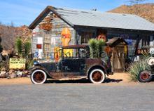 Oude auto in de woestijn fototapet AG Design teenagere